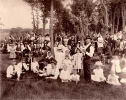 Black and white photograph of people gathered for Stiftungsfest, 1898.