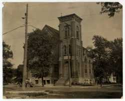 Black and white photograph of the front exterior of B'nai Abraham Congregation taken in 1922.