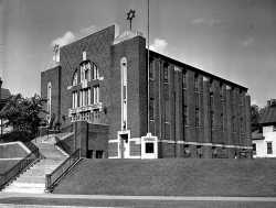 Black and white photograph of Tiferes Bnai Jacob Synagogue, 1948.