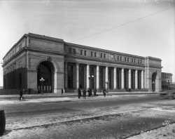 Black and white photograph of the front of the Great Northern Railway Depot, Minneapolis, 1914.
