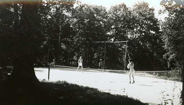 Tennis court at Sherwood Forest Lodge in Gull Lake