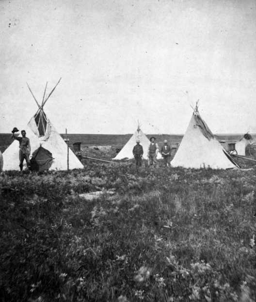 Black and white photograph of a temporary camp at the Pipestone quarries, ca. 1890s. Photograph by F.O. Pease.