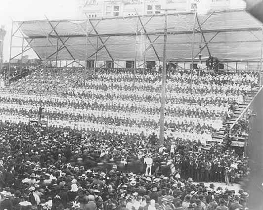 2200 school children form a living flag at Grand Army of the Republic meeting, St. Paul