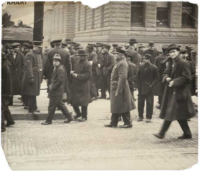 Black and white photograph of union supporters outside the St. Paul Public Library, December 2, 1917.
