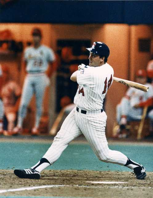 Kent Hrbek hits a sixth inning grand slam to put the Twins ahead 10-5 en route to their 11-5 Game Six victory.