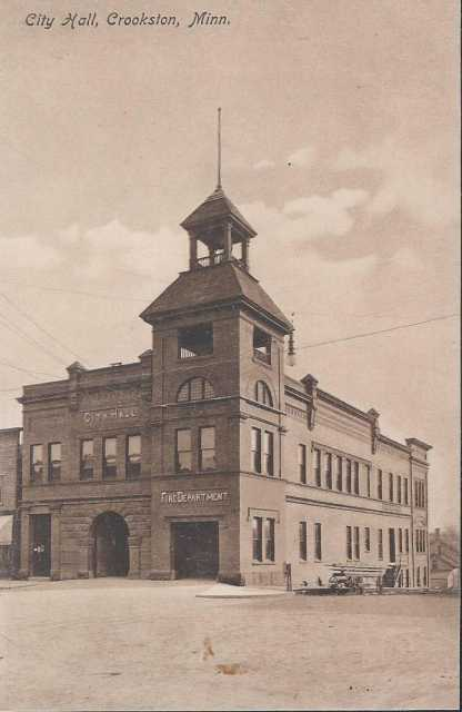 Postcard of Crookston's city hall, ca. 1915.