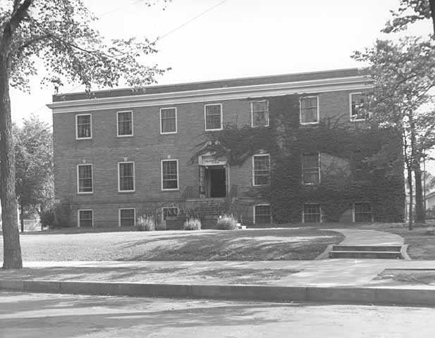 Black and white photograph of the exterior of the Emanuel Cohen Memorial Center at 1701 Oak Park Avenue in Minneapolis, c.1940.
