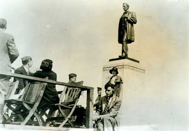 Unveiling the Abraham Lincoln statue at Victory Memorial Drive