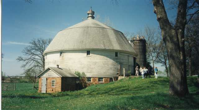 Sparre Round Barn (Nowthen, Minnesota), undated. Photographer unidentified. Barn Anoka County Historical Society, Object ID# P2066.A10-001. Used with the permission of Anoka County Historical Society.