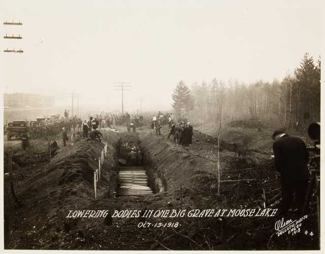 Black and white photograph of mass grave at Moose Lake after the fire, 1918.