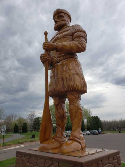 Statue of a voyageur at the St. Louis River in Cloquet, Minnesota, 2018. Photograph by Jon Lurie; used with the permission of Jon Lurie.