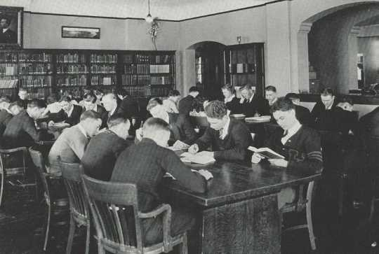 Black and white photograph of the Northwest School of Agriculture library, 1933.