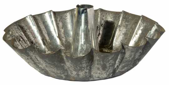 Color image of a Fluted cake pan, ca. 1900. A forerunner of Dalquist's Bundt pans.