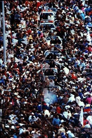 Excited fans swarm around the Minnesota Twins during their victory parade