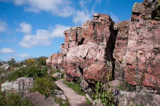 Color image of a Sioux Quartzite ridge and hiking trail at Pipestone National Monument, 2010. Photograph taken by flicker user Brian Jeffery Beggerly.Sioux Quartzite ridge and hiking trail at Pipestone National Monument, 2010. Photograph taken by flicker user Brian Jeffery Beggerly.