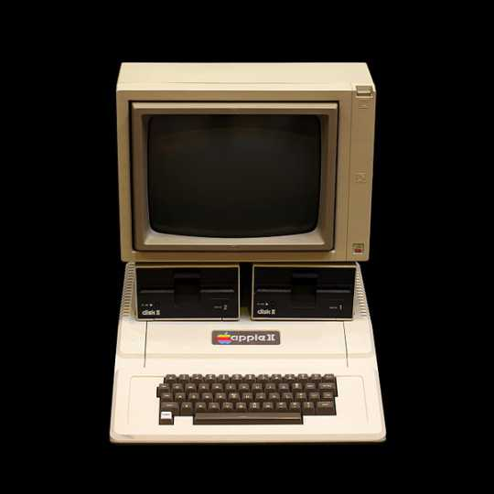 Color image of an Apple II computer, 2010. Photographed by Wikimedia Commons user Rama.