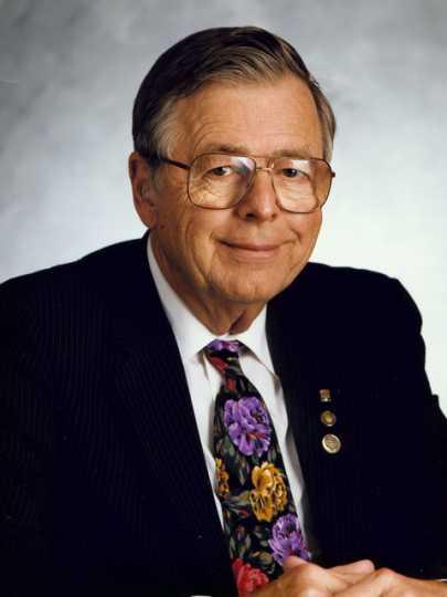 Color photograph of Earl Bakken.