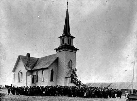 Photograph of St. Lucas Norwegian Lutheran Church and congregation