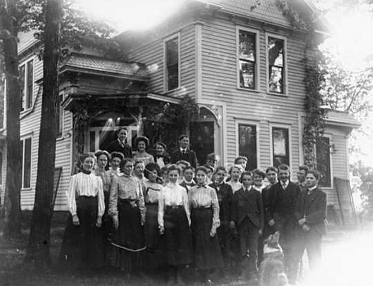 Black and white photograph of Hutchinson High School class at Harrington-Merrill House, Hutchinson, 1900.