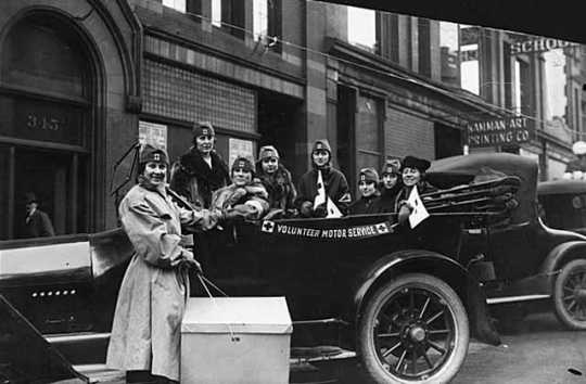 Black and white photograph of members of the Red Cross Volunteer Motor Service, 1918.