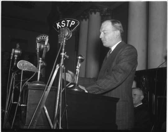 Black and white photograph of Governor Harold Stassen delivering an address to the Minnesota Legislature,1941.