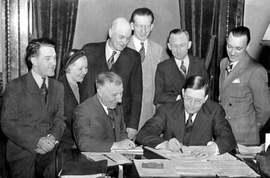 Black and white photograph of Governor Elmer Benson signing a barbers' fair trade bill. Photograph by the St. Paul Daily News, 1937.