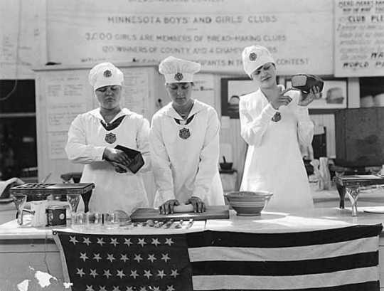 Black and white photograph of young bakers participating in a bread-making demonstration at the 1918 Minnesota State Fair.