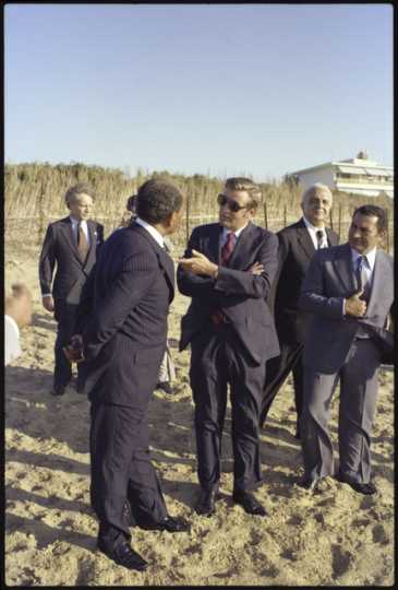 Vice President Walter Mondale speaks to Egyptian President Anwar Sadat
