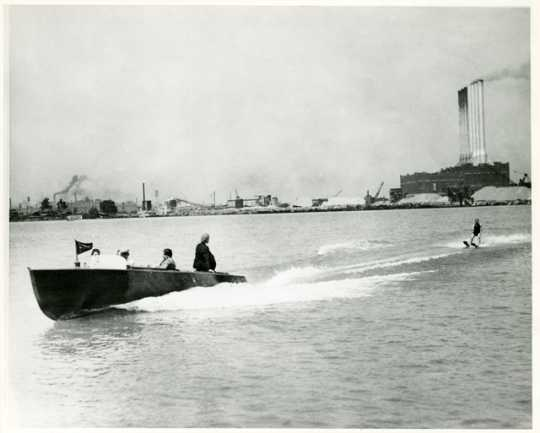 Ralph Samuelson skiing behind a power boat