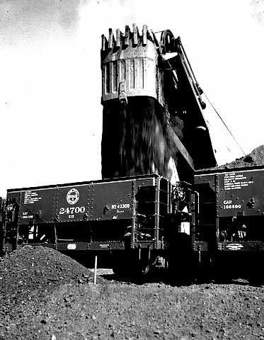 Black and white photograph of ore cars being loaded at the Hull-Rust mine at Hibbing, 1937.