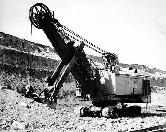 Black and white photograph of an electric shovel in operation at the Mesabi Mountain open pit mine in Franklin, ca. 1935. Photographed by Kurt B. Florman.