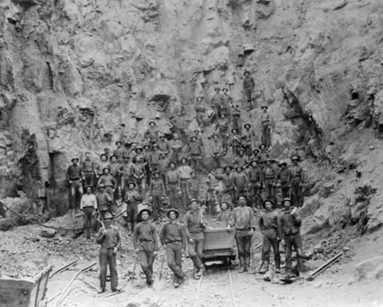 Black and white photograph of miners in the pit of the Tower-Soudan mine, 1890.