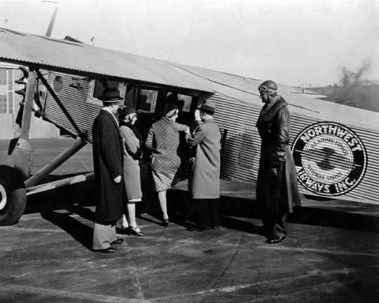 Speed Holman and passengers boarding a Hamilton plane