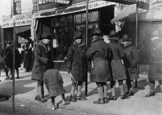 Black and white photograph of Home Guardsmen on duty during the strike of Twin City Rapid Transit Company employees, University Avenue, St. Paul, December 1917. Photographed by the St. Paul Dispatch.