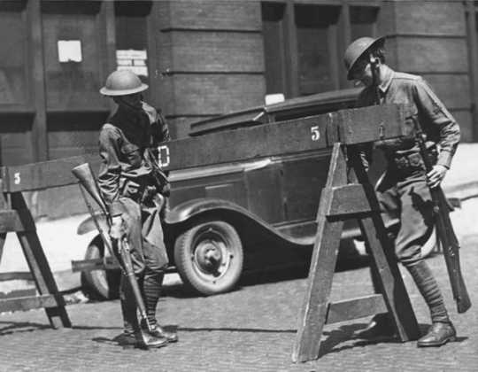 Black and white photograph of the National Guard setting up road blocks, Minneapolis, 1934.