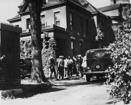 Black and white photograph of investigators at the Theodore Hamm home, 671 Greenbrier, St. Paul, following the kidnapping of William Hamm Jr., 1933.