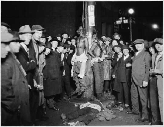 White lynch mob posing with murdered African American men