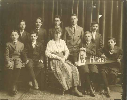 Black and white photograph of Herzl Camp attendees c.1915.