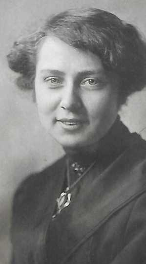 Black and white photograph of Louise Hiller, ca. 1915.