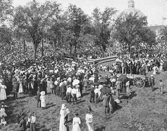 Black and white photograph of a crowd listening to Theodore Roosevelt at State Fair, 1912.