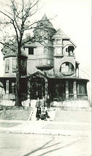 Black and white photograph of the Jewish Sheltering Home for Children at 1704 Oak Park Avenue in Minneapolis,1925.