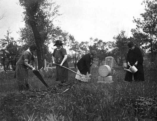 Black and white photograph of a cleanup at Layman's (later renamed Pioneers and Soldiers) Cemetery, 1925.