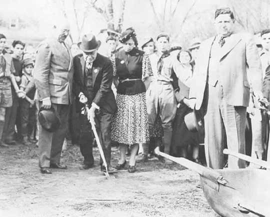 Black and white photograph of the groundbreaking ceremony for the Emanuel Cohen Center at 1701 Oak Park Avenue in Minneapolis, 1939.