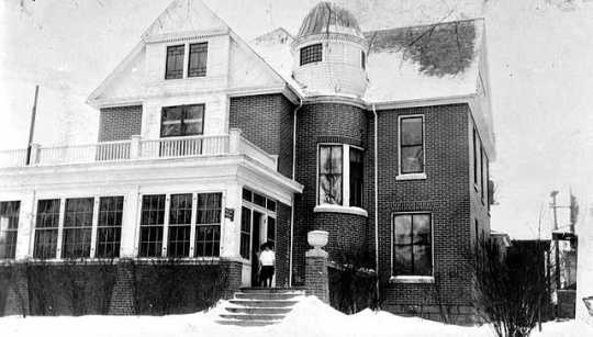 Black and white photograph of the exterior of the Emanuel Cohen Memorial Center at 909 Elwood Avenue in Minneapolis, 1925.