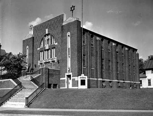 Black and white photograph of Tiferes Bnai Jacob Synagogue, 1948.