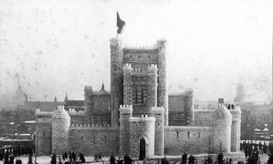 Black and white cabinet photograph of the Winter Carnival ice palace in St. Paul's Central Park. Taken in 1886 by Allen Swain.
