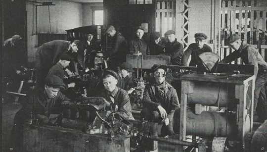 Black and white photograph of students during a NWSA shop class, 1910.