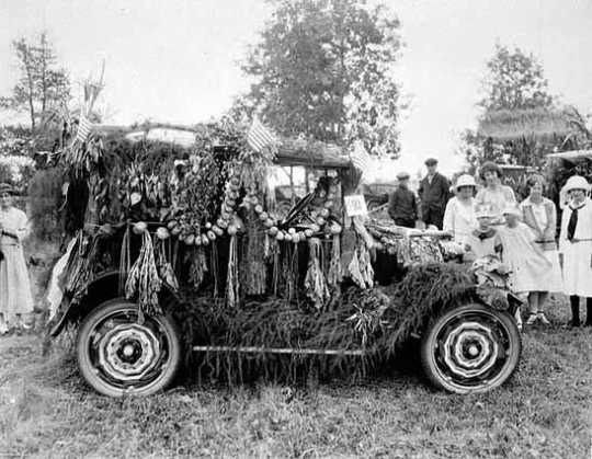 Photograph of Farm Bureau parade float