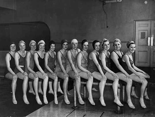 Photograph of swim class at Macalester College, 1930