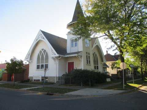 Color image of University Avenue Congregational Church designed in 1907. Despite its name, the address is 507 Victoria, between University and Sherburne, in Frogtown. Photograph by Paul Nelson, October 14, 2014.